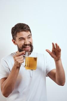 ビールジョッキを持ったひげを生やした男