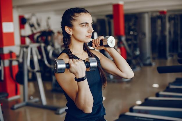 체육관에서 아름답고 운동 스포츠 소녀 훈련