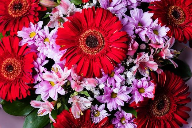 さまざまな花の美しくカラフルな花束。