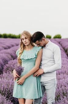 ラベンダー畑の美しく幸せなカップル