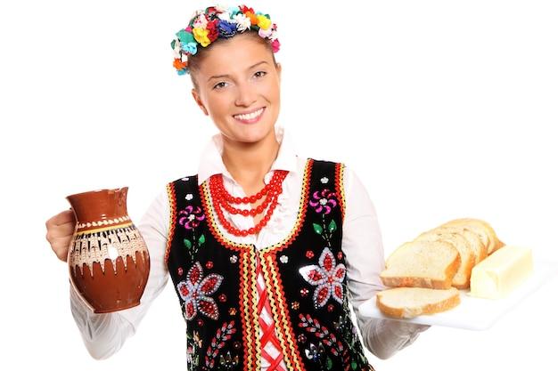 전통 의상을 입은 아름답고 친절한 폴란드 여성