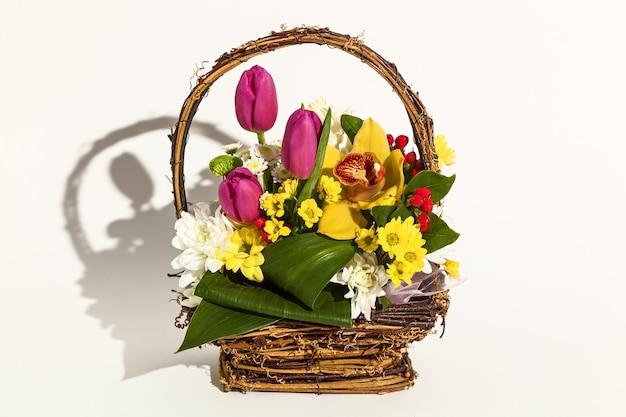 흰색 배경에 신선한 꽃 튤립, archdeus, 국화, 장미의 아름다운 배열. 3월 8일, 생일, 2월 14일의 휴일 꽃