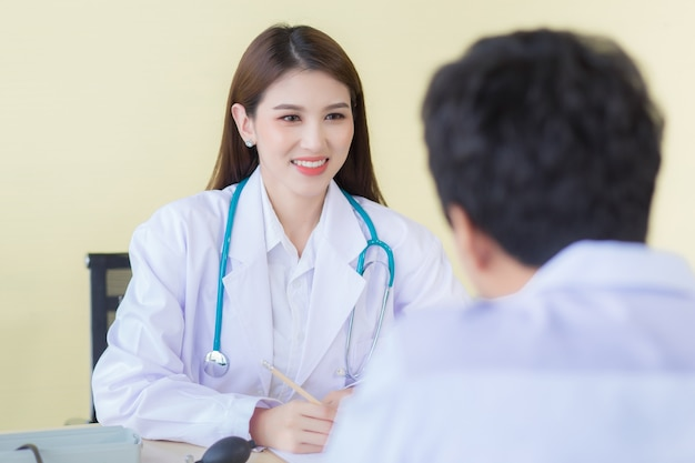 아름다운 동양인 여의사가 웃으며 증상을 물었다