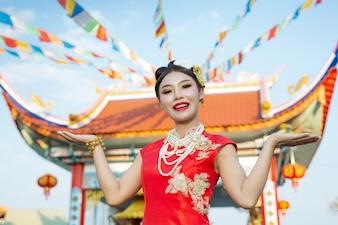 赤いスーツを着ている美しいアジアの女の子