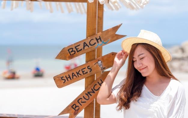 하얀 해변과 바다를 배경으로 한 아름다운 아시아 여성