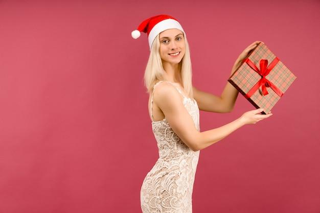 새해 모자와 흰 드레스를 입은 아름다운 운동 트랜스젠더 남자