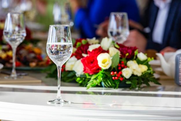 Красивый банкетный стол с закусками и цветами на столе. выборочный фокус