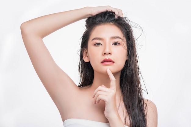 Красивая, красивая женщина ловит ее грязные волосы.