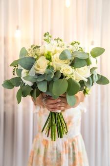 女の子の手で美しい花束、クローズアップ、休日のコンセプト