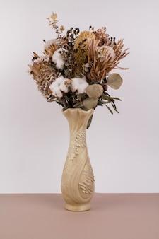 흰색 배경에 꽃병에 말린 꽃의 아름다운 꽃다발