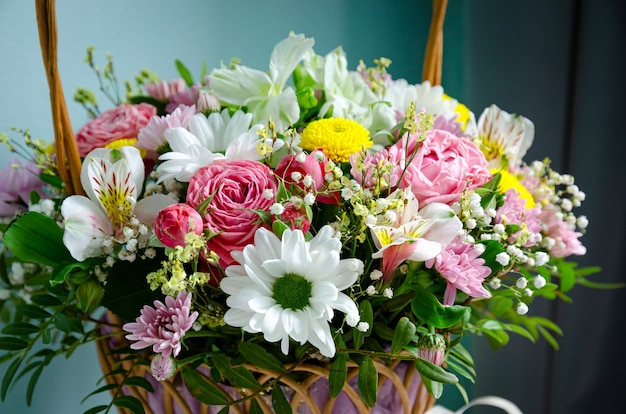 Красивый букет цветов в корзине