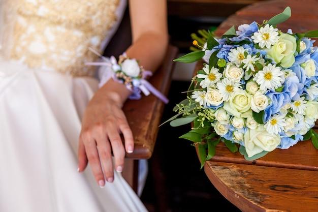 유리창 배경에 있는 탁자 위에 있는 아름다운 꽃다발.