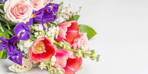 Красивый букет свежих цветов на белой поверхности