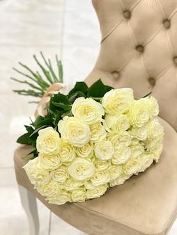 白いバラの美しい花束。贈り物のための信じられないほどの花
