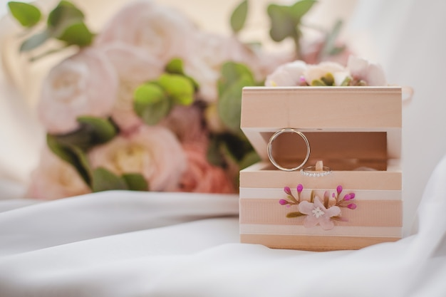 보석 상자와 결혼 반지와 함께 아름다운 신부 부케. 웨딩 컨셉