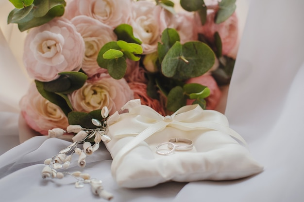 Красивый букет невесты с шкатулкой и обручальными кольцами. свадебная концепция
