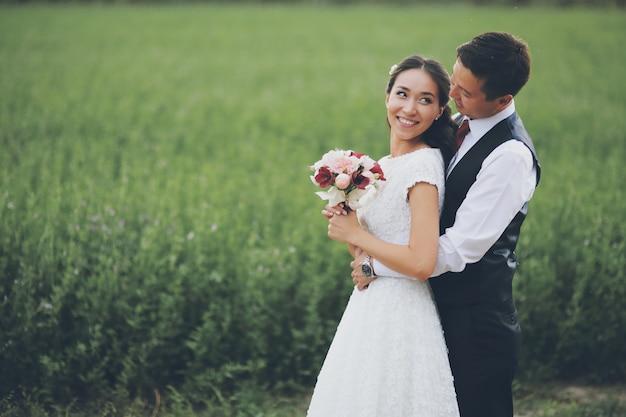 美しい花嫁が花束を手に持っています。結婚式。幸せな愛の概念。