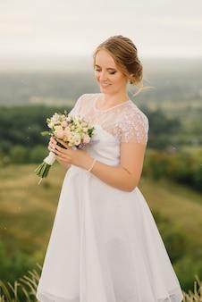 美しい花嫁がウェディングブーケを手に持った