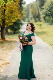 Красивая невеста в зеленом свадебном платье