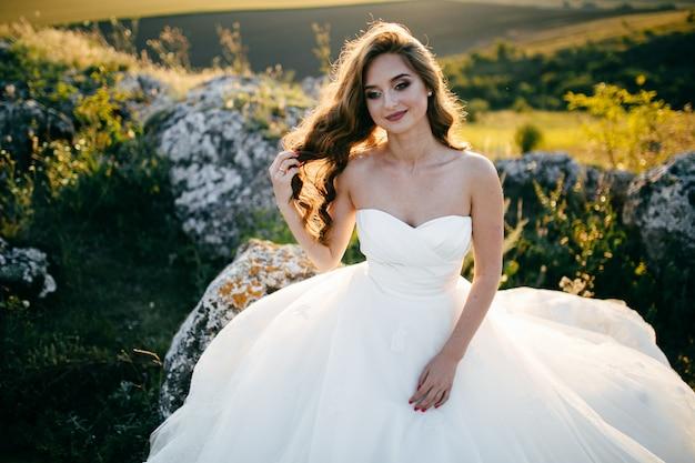 ウェディングドレスを着ている美しい花嫁