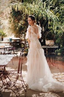 웨딩 드레스를 입은 아름다운 신부가 프로방스에서 촬영되었습니다. 프랑스에서 신부 초상화입니다.