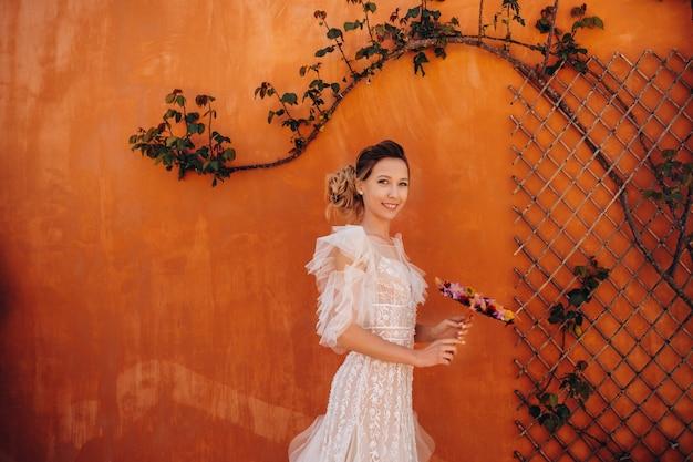 プロヴァンスでは、ウェディングドレスに心地よい特徴を備えた美しい花嫁が撮影されています。フランスの花嫁の肖像画。