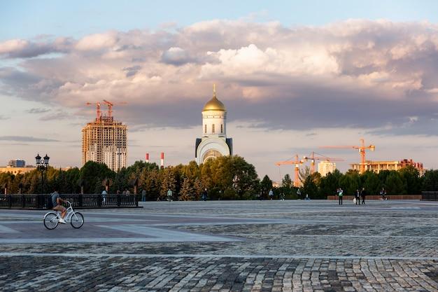 Красивый христианский храм в парке победы на закате. москва, россия