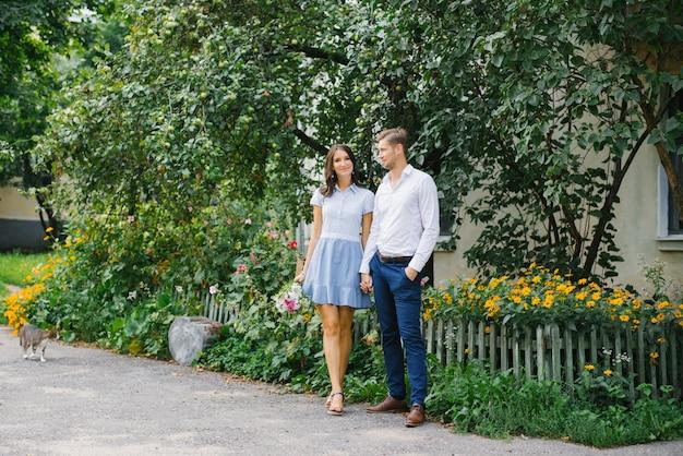도시의 거리를 걷는 사랑에 아름다운 커플