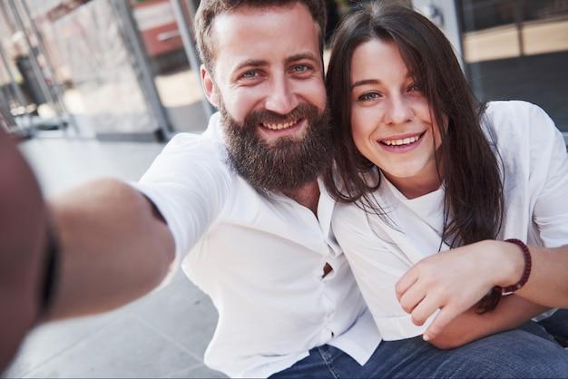 Красивая пара делает фото на улице