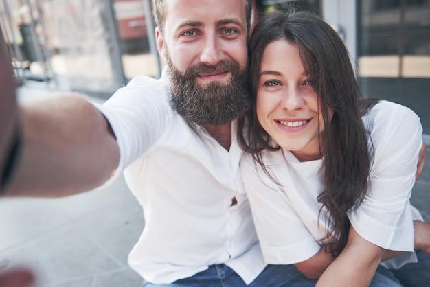 美しいカップルが屋外で写真を撮ります。