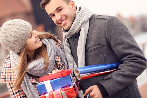 クリスマスの買い物の美しいカップル