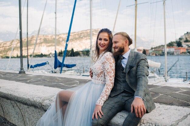 アルプスのふもとにあるイタリアのガルダ湖のほとりにある美しいカップル