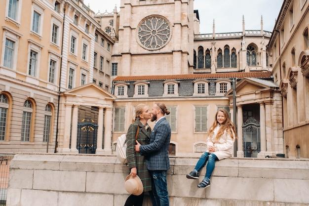 フランスのリヨンの旧市街を散歩する美しい家族。フランスの旧市街への家族旅行。