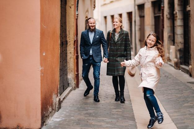 프랑스 리옹 구시가지를 산책하는 아름다운 가족