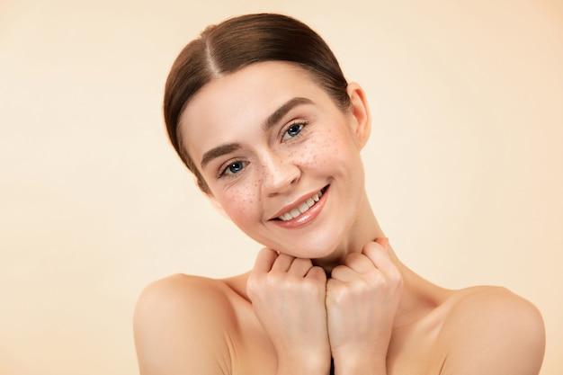 Красивое женское лицо. идеальная и чистая кожа молодой кавказской женщины на фоне пастельных студий.