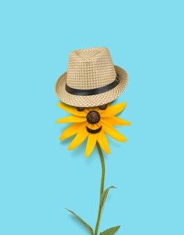 Красивый цветок с глазками и шляпкой на синем фоне.