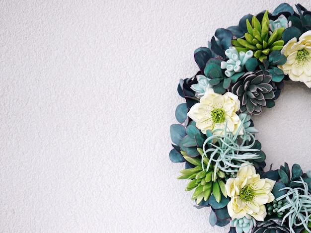 Красивый цветочный венок из суккулентов на белом