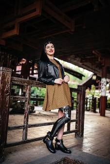 Красивая девушка-инвалид с протезом на одной ноге.