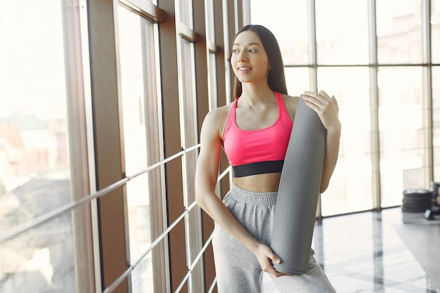 아름다운 소녀는 체육관에 종사하고있다