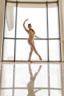 Красивая девушка занимается хореографией.