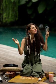 Красивая девушка занимается шаманскими практиками