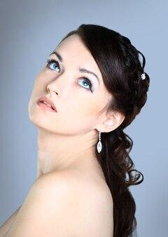 아름다운 소녀 . 파란색 벽에 격리.
