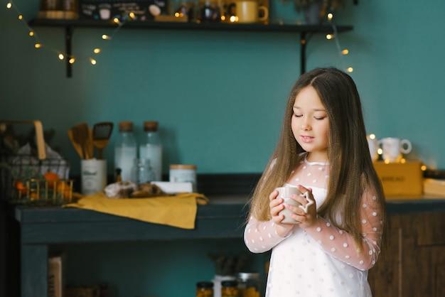 熱いお茶を片手に手を温める美少女