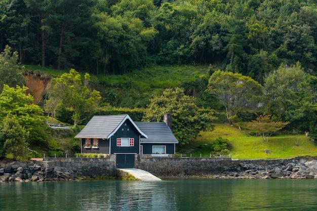 ムンダカの隣にあるビズカイア生物圏保護区であるウルダイバイの海辺の美しい緑の家。バスク