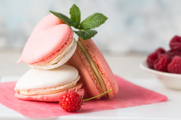 Красивое сердце из миндального печенья и малины. день святого валентина плоская планировка, вид сверху. миндальные, миндальный, миндальные