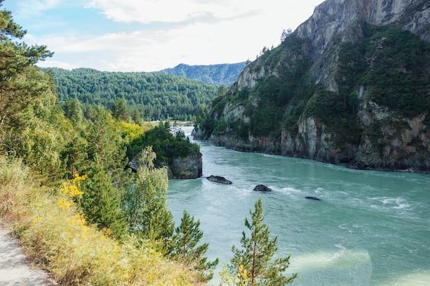 青い川の山々と雲のある空の美しい風景ロシアのアルタイ山脈