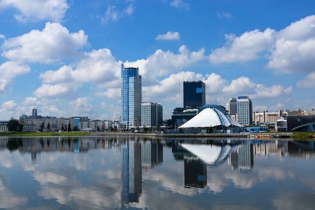 雲と空を背景に、銀行、ビジネスセンター、ホテルの美しいモダンな建物。ビジネスコンセプト。パノラマ。