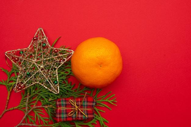 赤い背景に美しい新年の構図。新年とクリスマス