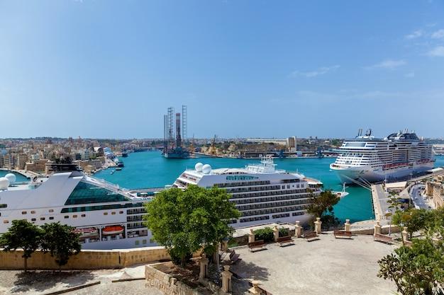 Прекрасная панорама моря с роскошных современных круизных лайнеров у берега мальты