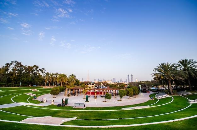 Красивый общественный парк в дубае